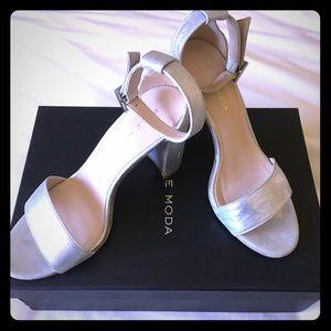 👡 NIB Pelle Moda Silver Suede Sandals Size 6